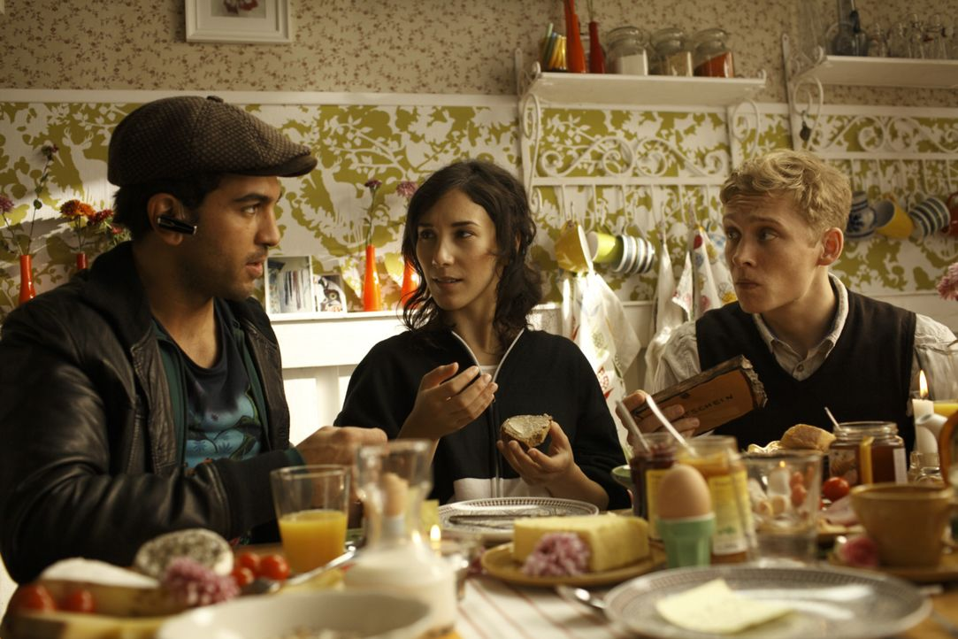 Nachdem Alex (Matthias Schweighöfer, r.) von seiner Freundin verlassen wurde, stehen ihm seine Freunde Nele (Sibel Kekilli, M.) und Okke (Elyas M'B... - Bildquelle: 2011 Fox International Productions (Germany) GmbH and Pantaleon Films GmbH. All rights reserved.