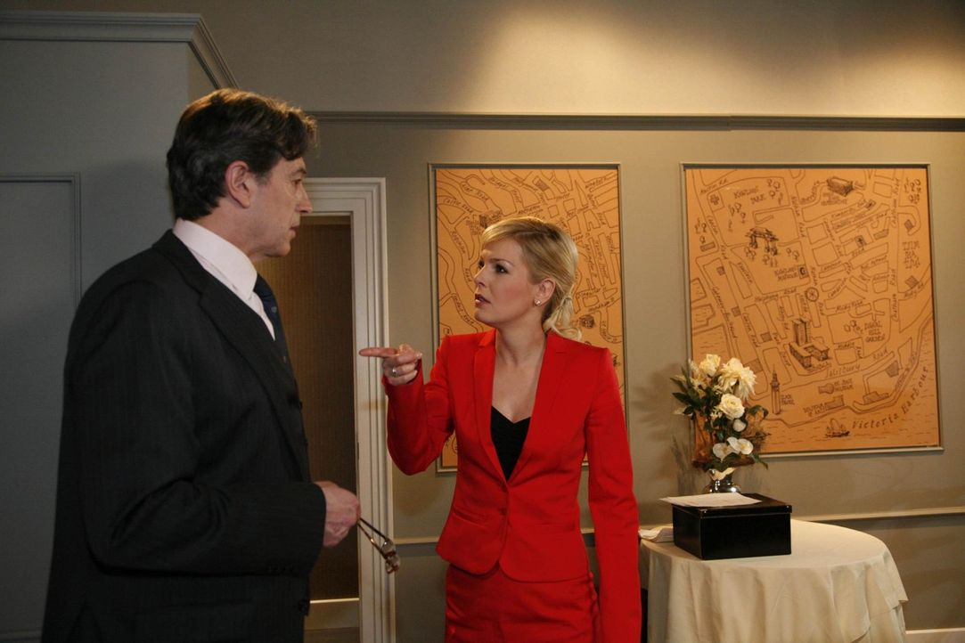 Oliver hat Marks Posten übernommen und sieht sich mit einem angriffslustigen Philip konfrontiert. Julius (Günter Barton, l.) gibt Oliver zwar Rüc... - Bildquelle: SAT.1