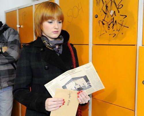 Sophie findet an ihrem Spind einen Zeitungsartikel, in dem Bea Vogel des Mordes an Franziska verdächtigt wird. - Bildquelle: Christoph Assmann - Sat1