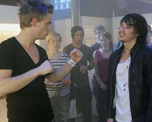 Ronnie und Ben geraten aneinander. Doch Ben wehrt sich nicht, da er durch die Prügel sich selbst bestrafen möchte ... - Bildquelle: Christoph Assmann - Sat1