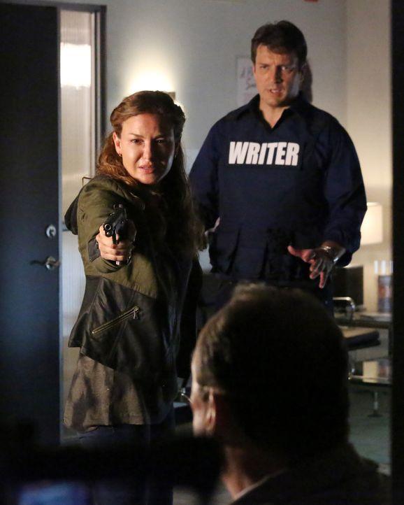 Kann Richard Castle (Nathan Fillion, r.) Emma Briggs (Alicia Lagano, l.) davon abhalten, die Waffe einzusetzen? - Bildquelle: ABC Studios
