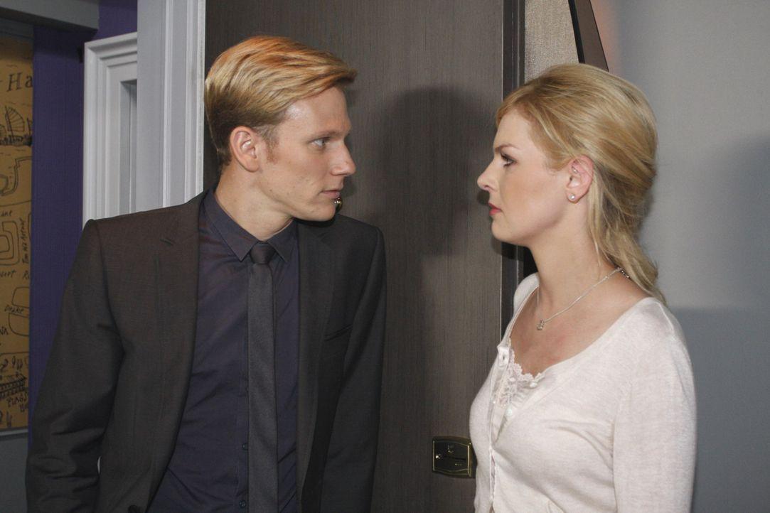 Alexandra (Ivonne Schönherr, r.) ist zutiefst schockiert, als sie begreift, dass Philip (Philipp Romann, l.) seine Drohung ernst meint  ... - Bildquelle: SAT.1