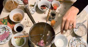 Und so funktioniert's: Einfach Fleisch aufspießen und in den Topf mit heißem...