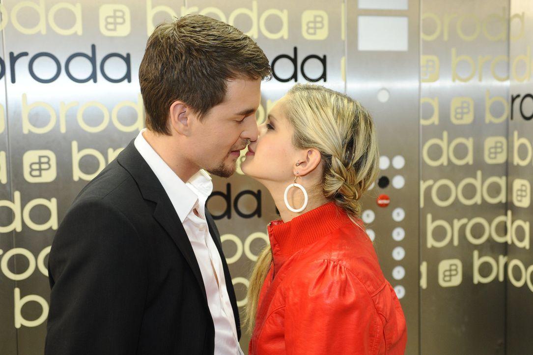 Lassen ihren Gefühlen freien Lauf: Mia (Josephine Schmidt, r.) und Lars (Alexander Klaws, l.) ... - Bildquelle: SAT.1