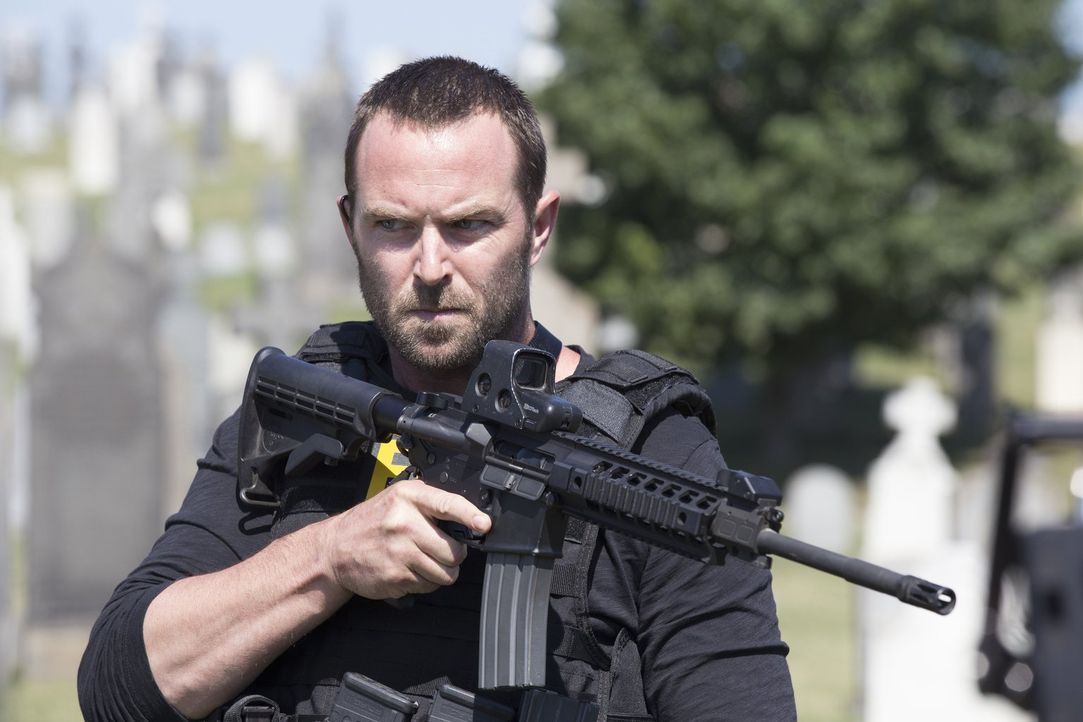 Während Weller (Sullivan Stapleton) einen Terroristen jagt, der New York radioaktiv vergiften will, versucht der stellvertretende Direktor der CIA J... - Bildquelle: Warner Brothers