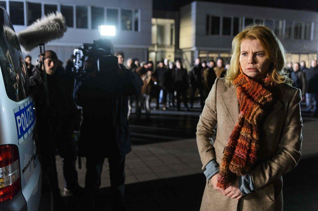"""Der gewaltbereite Mob und die Presse warten schon vor dem Polizeipräsidium auf Claudia (Annette Frier), die Mutter eines """"Mörders"""". Ganz auf sich... - Bildquelle: Willi Weber SAT.1"""