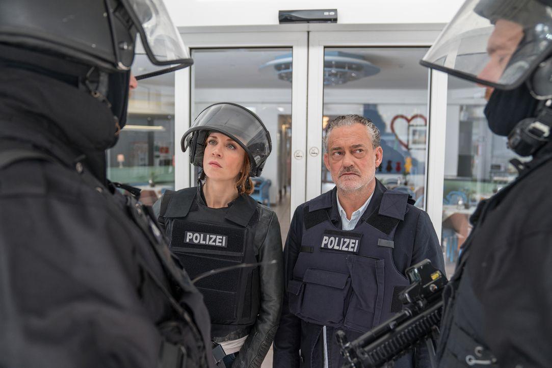 Tremmel (Rolf Kanies, r.) und Elena (Annika Ernst, l.) übernehmen die Einsatzleitung des bewaffneten Banküberfalls und wollen zusammen mit dem SEK d... - Bildquelle: Wolfgang Ennenbach SAT.1