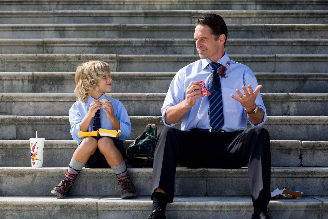 Der kleine Benny (Filippo Kreindl, l.) amüsiert sich königlich darüber, dass Papa (Max Tidof, r.) nicht einmal Ketchup-Tütchen öffnen kann, ohn... - Bildquelle: Chris Hirschhäuser Sat.1