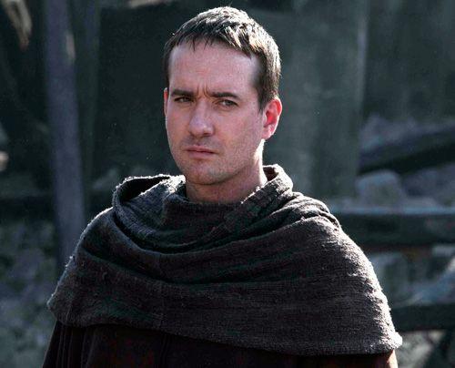 Philip (Matthew Macfadyen) steht mittlerweile als einfacher Mönch unter der Fuchtel des neuen Priors Remigius. - Bildquelle: Tandem Productions Pillars Productions