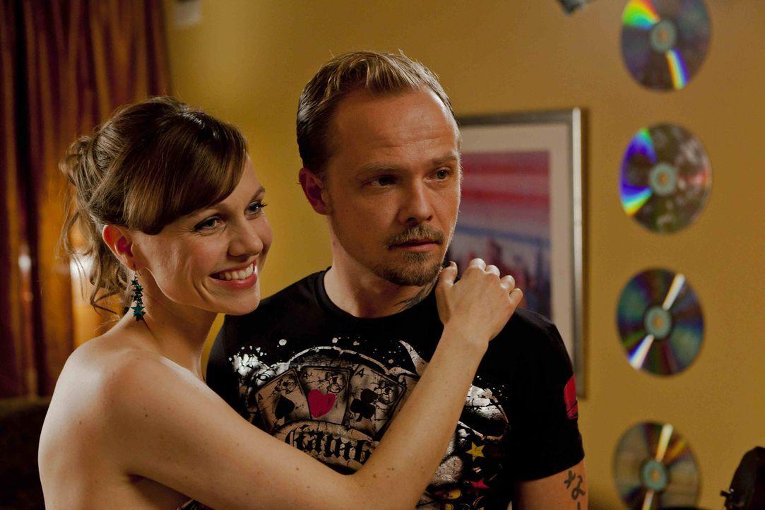 Zum Entsetzen von Danni, verliebt sich Bea (Nadja Becker, l.) über beide Ohren in den Halbkriminellen Dustin (Matthias Koeberlin, r.) ... - Bildquelle: SAT.1