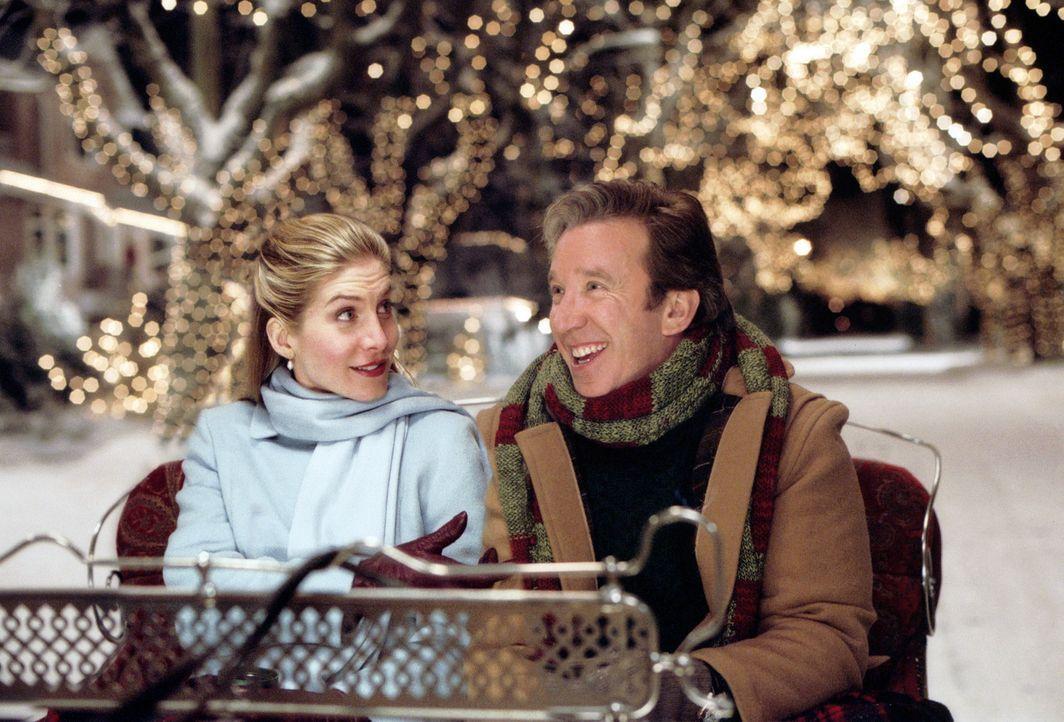 Schon bald verliebt sich Scott Calvin (Tim Allen, r.) unsterblich in die charmante Carol (Elizabeth Mitchell, l.) ... - Bildquelle: Walt Disney Pictures