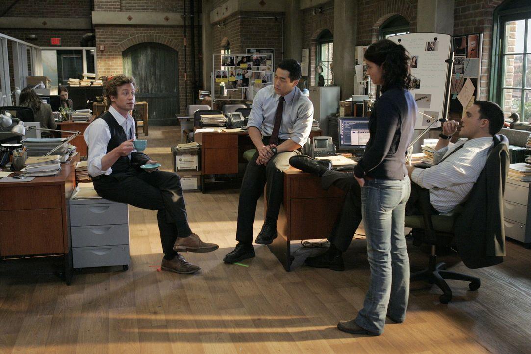 Ein neuer Mordfall beschäftigt das Team. Raffiniert gehen Patrick (Simon Baker, l.), Kendall (Tim Kang, 2.v.l.), Teresa (Robin Tunney, 2.v.r.) und... - Bildquelle: Warner Bros. Television