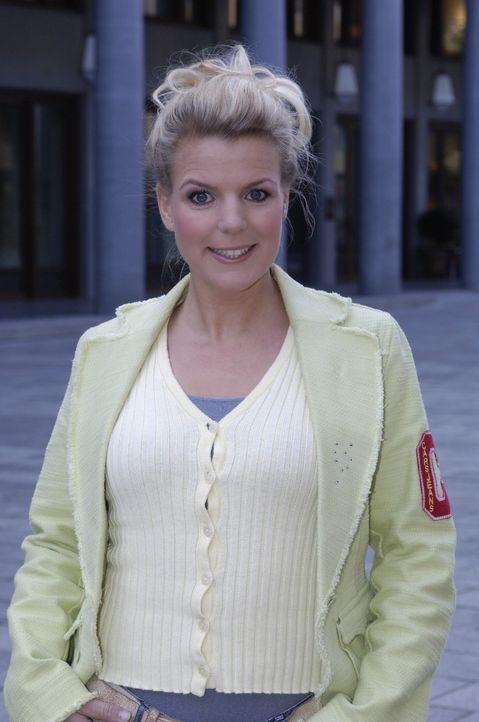 Mirja Boes ist die charmante weibliche Mitbewohnerin von DIE DREISTEN DREI - DIE COMEDY WG. - Bildquelle: Max Kohr Sat.1