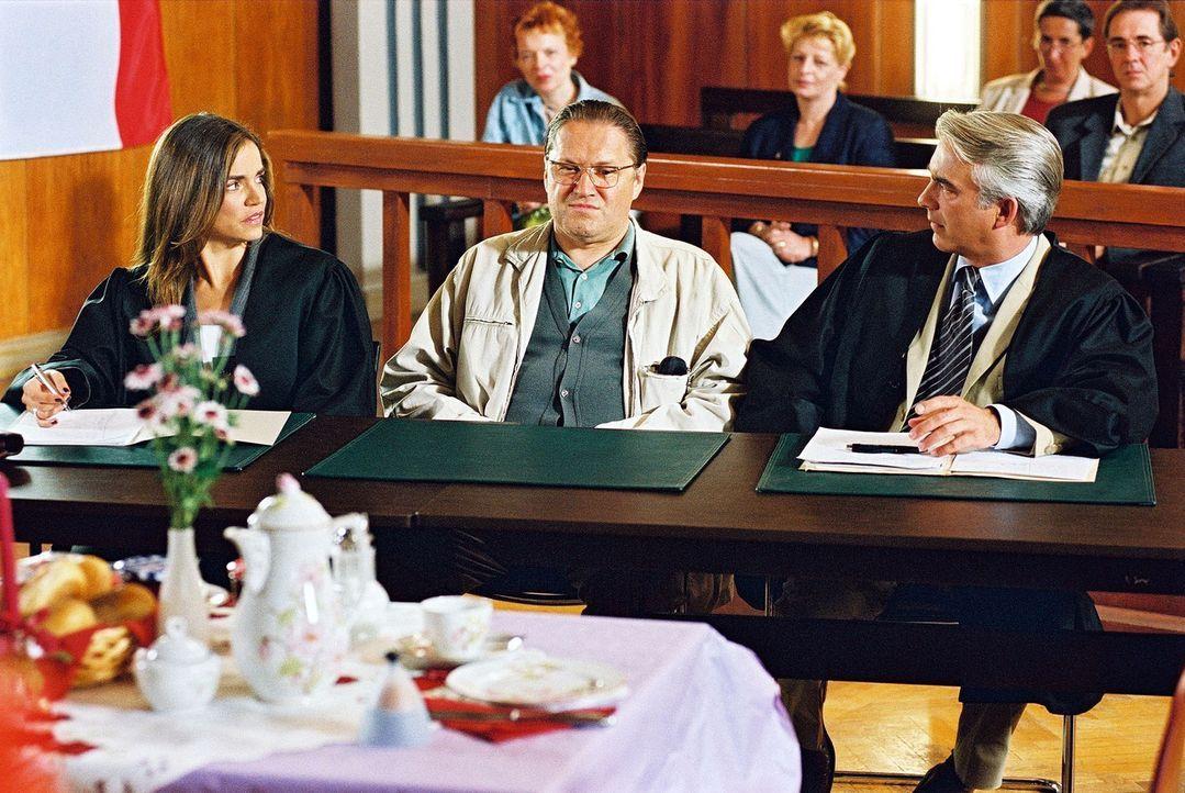 Felix (Christoph M. Ohrt, r.) und Sandra (Rebecca Immanuel, l.) vertreten Hans-Günther Blechschmidt (Michael Brandner, M.), der verdächtigt wird,... - Bildquelle: Hardy Spitz Sat.1