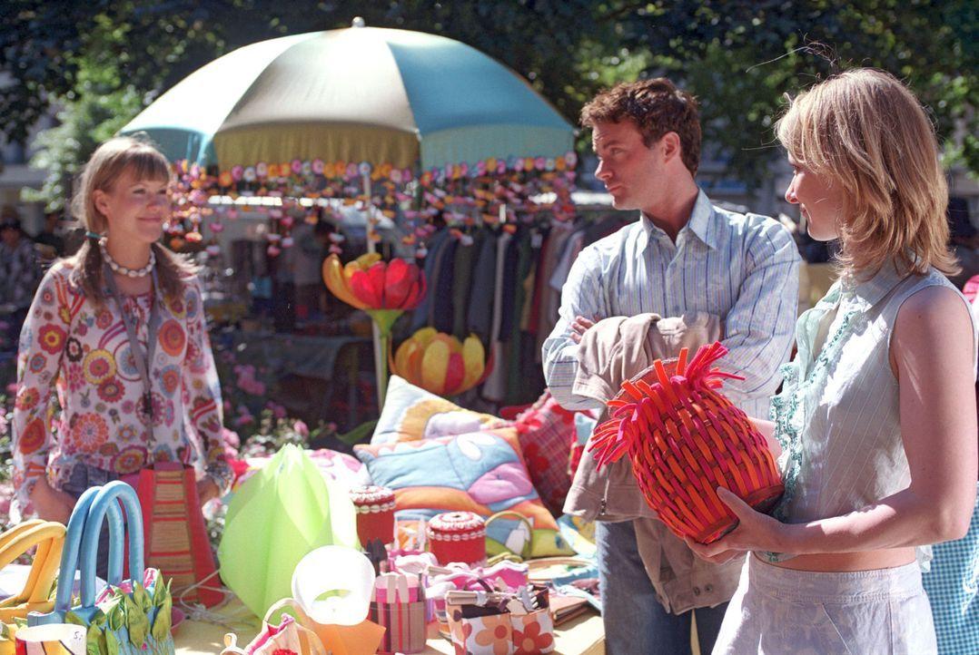 Auf dem Basar, wo Isabelle (Wolke Hegenbarth, l.) ihre Sachen verkauft, taucht plötzlich Daniel (André Röhner, M.)  auf und kauft den ganzen Stan... - Bildquelle: Sat.1