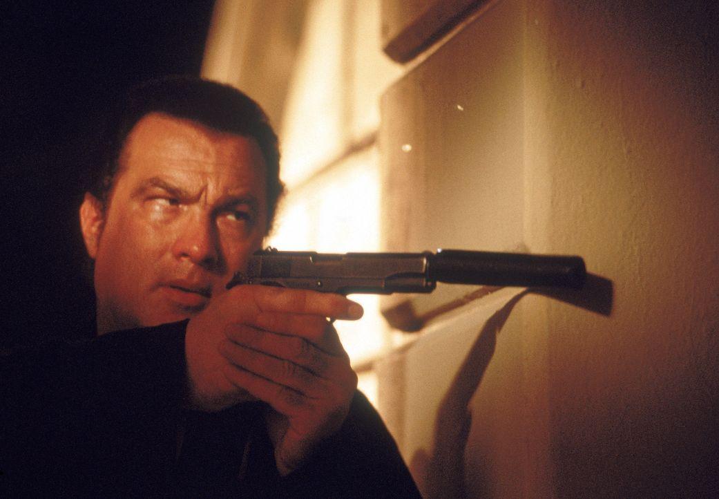 Bei seinen Nachforschungen stößt Ex-CIA-Agent Jake Hopper (Steven Seagal) auf eine Verschwörung, die bis in die höchsten Kreise reicht ... - Bildquelle: MGM Home Entertainment