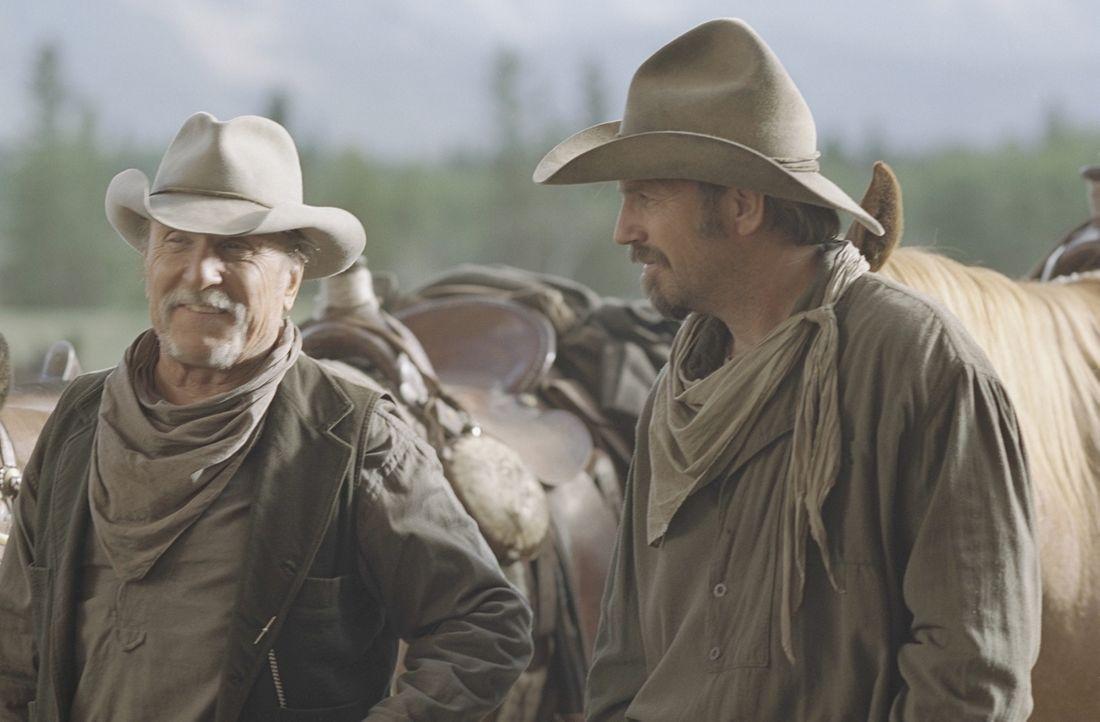 Als Charley Waite (Kevin Costner, r.) und sein Freund und Boss Spearman (Robert Duvall, l.) ihre Rinder über freies Weideland treiben, geraten sie i... - Bildquelle: Touchstone Pictures