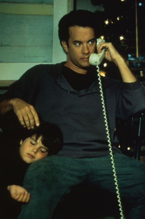 Obwohl der Architekt Sam Baldwin (Tom Hanks, r.) den Tod seiner Frau noch nicht überwunden hat, beschließt sein Sohn Jonah (Ross Malinger, l.), da... - Bildquelle: Columbia TriStar