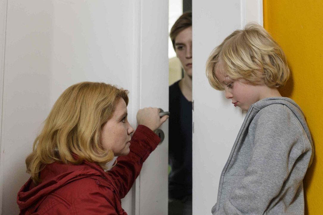 Nichts mehr wie vorher: Kaum aus dem Gefängnis entlassen, müssen Claudia (Annette Frier, l.) und ihre Söhne Daniel (Jonas Nay, M.) und Theo (Jona... - Bildquelle: Willi Weber SAT.1