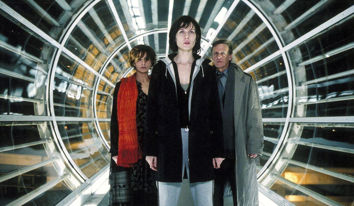 Mit der Hilfe der Psychologin Mathilde Urano (Laura Morante, l.) keimt in Anna (Arly Jover, M.) der Verdacht auf, dass sie nicht die ist, die sie zu... - Bildquelle: Tobis Film