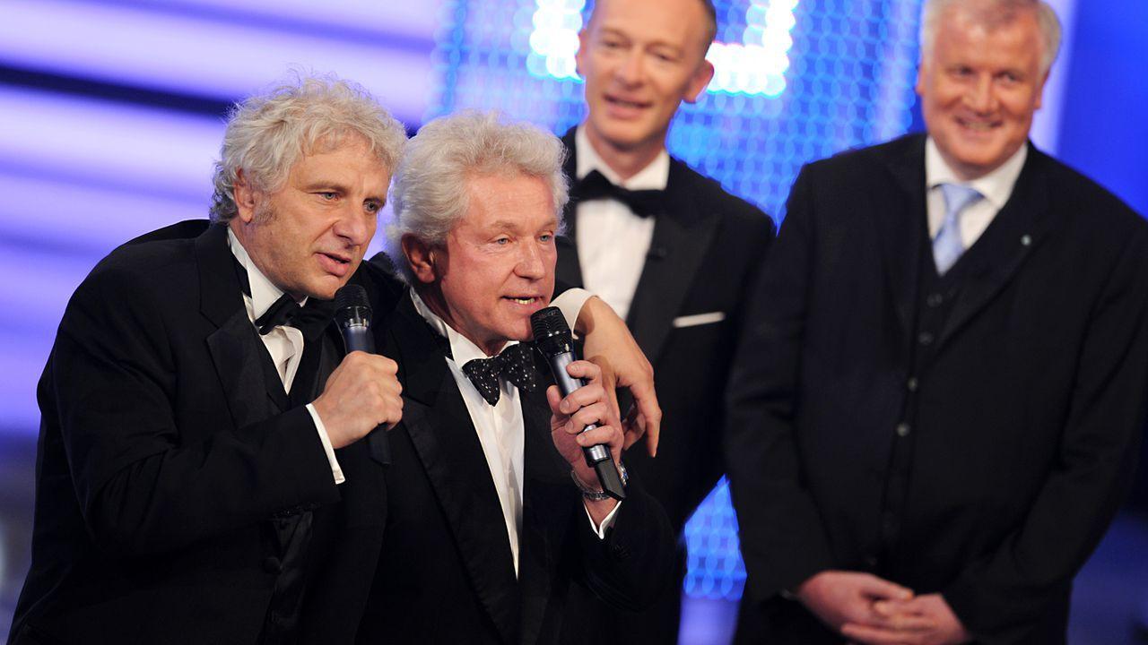 Bayerischer-Fernsehpreis-2012-Udo-Wachtveitl-Miroslav-Nemec-Christoph-Sueß-Horst-Seehofer-12-05-04-dpa - Bildquelle: dpa
