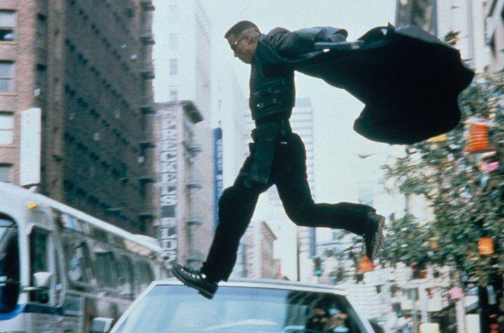 Der Vampirjäger Blade (Wesley Snipes) - halb Vampir, halb Mensch - kann nicht ruhen, bis er den Tod seiner Mutter gerächt hat. Diese wurde kurz vor... - Bildquelle: Warner Bros.