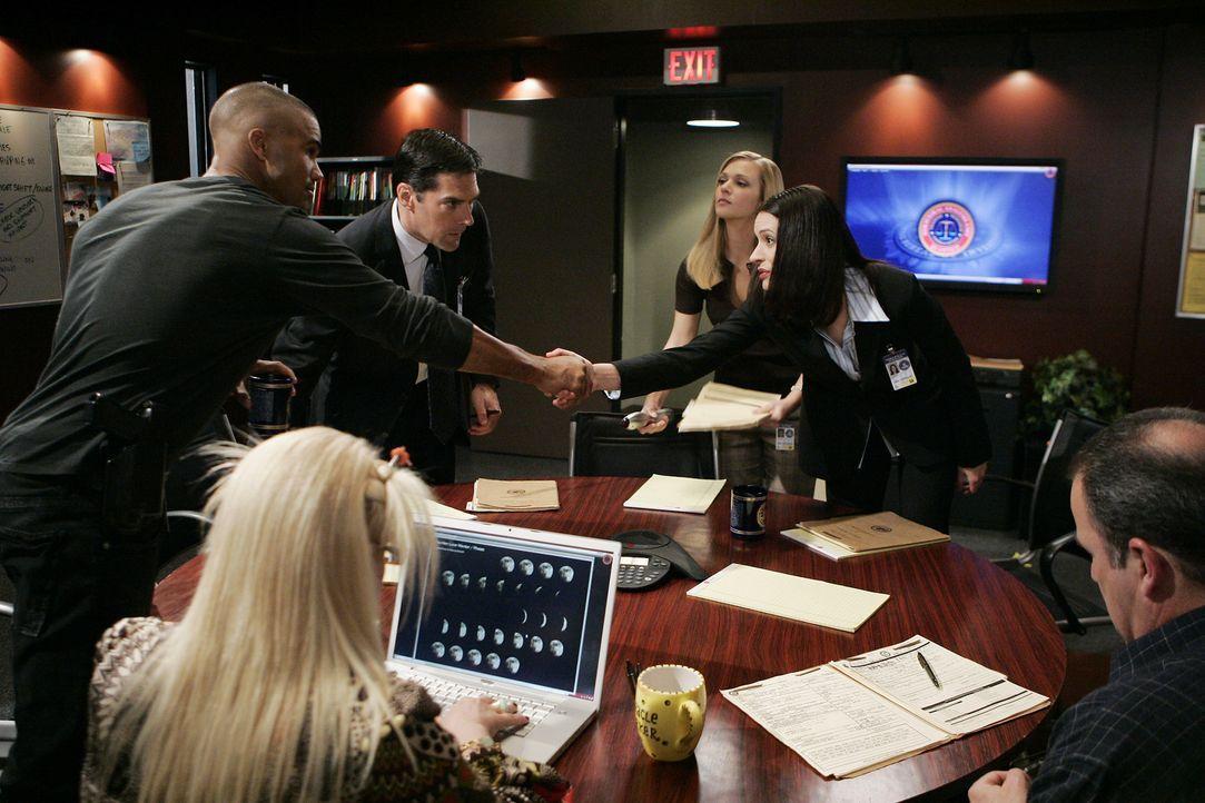 Neuzugang Emily Prentiss (Paget Brewster, 2.v.r.) wird den Kollegen (Shemar Moore, l., Kirsten Vangsness, 2.v.l., Thomas Gibson, 3.v.l., AJ Cook, 3.... - Bildquelle: Touchstone Television
