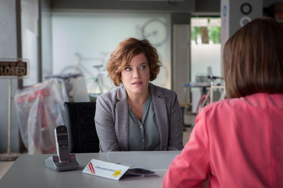 Weil ihre Tochter einen Schulunfall hatte, muss Britta (Muriel Baumeister) kurzfristig ihren Arbeitsplatz verlassen. Zurückgekommen trifft sie schie... - Bildquelle: Conny Klein SAT.1