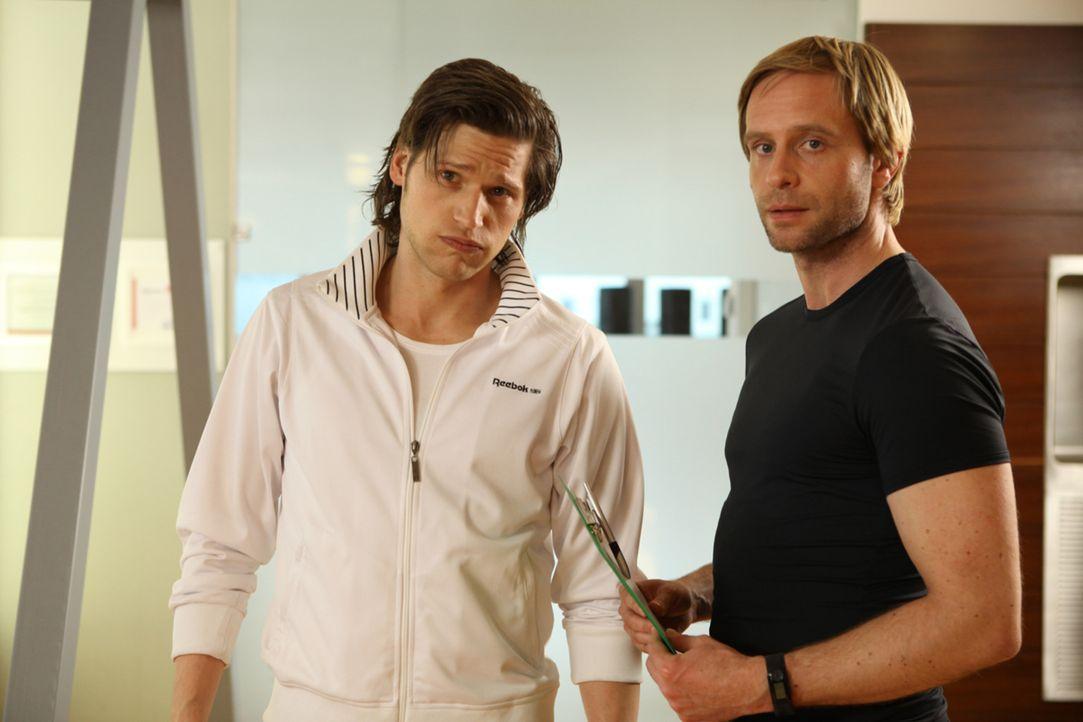 Noch läuft Nicks (Sebastian Ströbel, l.) und Denis' (Julian Weigend, r.) Fitnessstudio hervorragend. Doch dann nimmt Fitnessguru Nick 80 Kilo übe... - Bildquelle: SAT.1