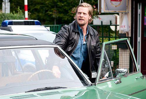 Beruflich hat Mick Brisgau (Henning Baum) in Staffel 2 schwer zu kämpfen - denn sein Chef Martin ist mehr und mehr genervt von seinen Alleingängen. - Bildquelle: Martin Rottenkolber - Sat1