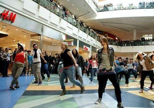 """Unsere """"Hand aufs Herz""""-Stars werden von vielen weiteren Tänzern unterstützt. - Bildquelle: Danilo Brandt - Sat1"""