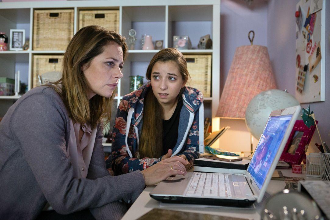 Als ein Nacktbild von ihrer Tochter Lara (Aleen Kötter, r.) im Internet veröffentlich wird, ist Charlotte (Felicitas Woll, l.) schockiert. Sie und i... - Bildquelle: Arvid Uhlig SAT.1