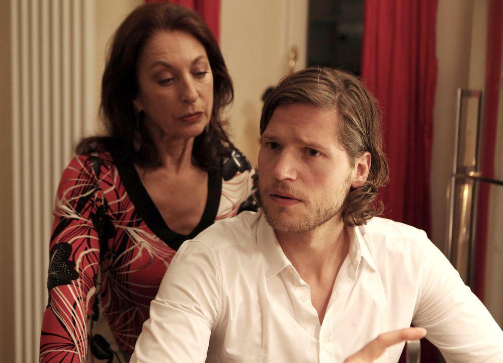 Jans (Sebastian Ströbel, r.) Mutter Emilia (Daniela Ziegler, l.) hat ihn jung und ungeplant bekommen, weshalb er ihr ständig den Vorwurf macht, ih... - Bildquelle: Vanessa Fuentes SAT.1