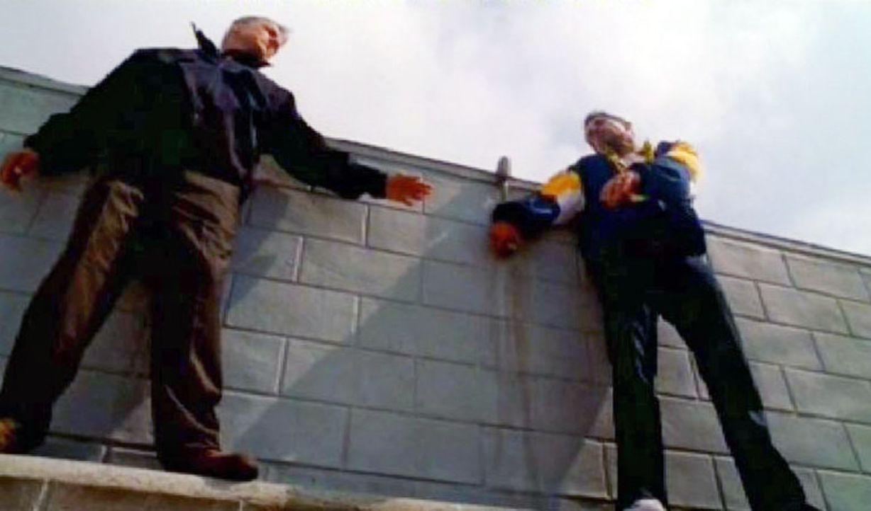 Gerade als Gibbs (Mark Harmon, l.) Michael Arnett (Adam Huss, r.) überzeugt hat, nicht zu springen, wird dieser erschossen ... - Bildquelle: CBS Television
