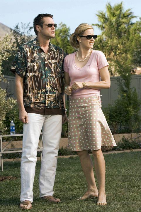 Dick (Jim Carrey, l.) und seine Frau Jane (Tea Leoni, r.) haben es geschafft: das gemütliche Einfamilienhäuschen in der noblen Vorortgegend ist st... - Bildquelle: Sony Pictures Television International. All Rights Reserved.