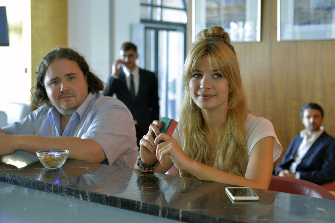 Noch ahnt Mila (Susan Sideropoulos, r.) nicht, dass der Mann neben ihr, Kai (Michael Schertenleib, l.), ihr Blind-Date ist ... - Bildquelle: Oliver Ziebe SAT.1
