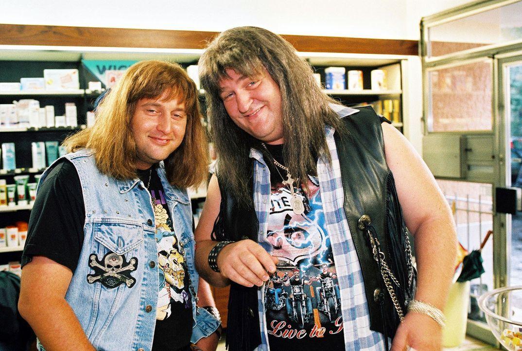 Hotte (Markus Maria Profitlich, r.) und Lusches (Tom Lehel, l.) wollen Drogen kaufen ... - Bildquelle: Gordon Mühle Sat.1