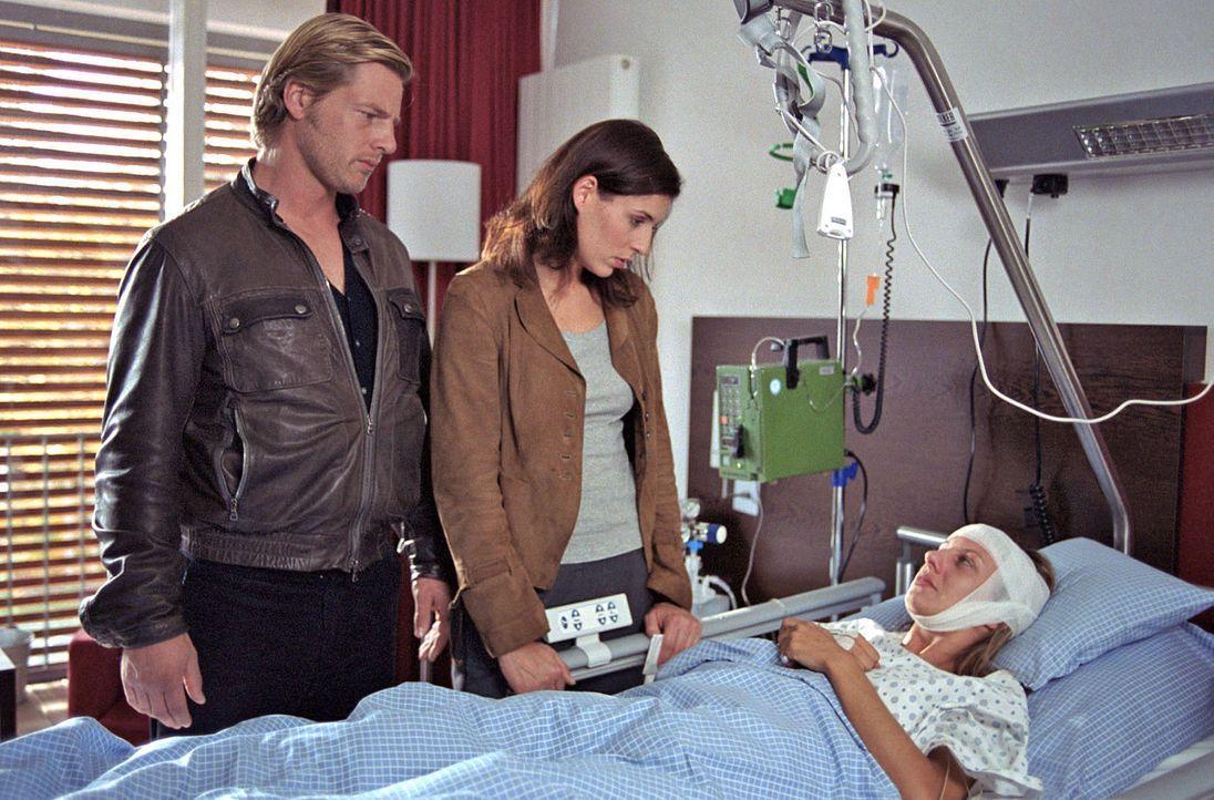 In letzter Minute gelingt es Nina (Elena Uhlig, M.) und Leo (Henning Baum, l.), Anne Pachel (Nina Bagusat, r.) zu retten. Doch der Mörder droht, er... - Bildquelle: SAT.1