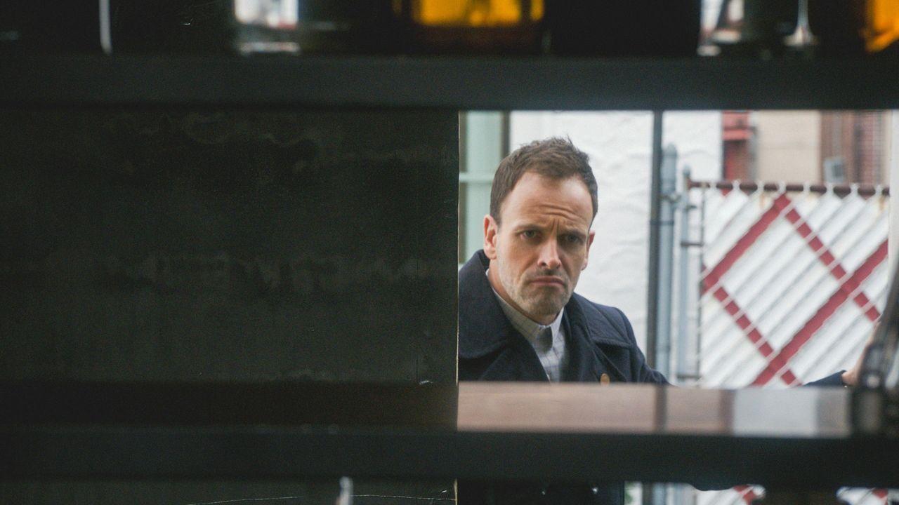 Auf der Suche nach einem Mörder: Sherlock Holmes (Jonny Lee Miller) ... - Bildquelle: 2015 CBS Broadcasting Inc. All Rights Reserved.