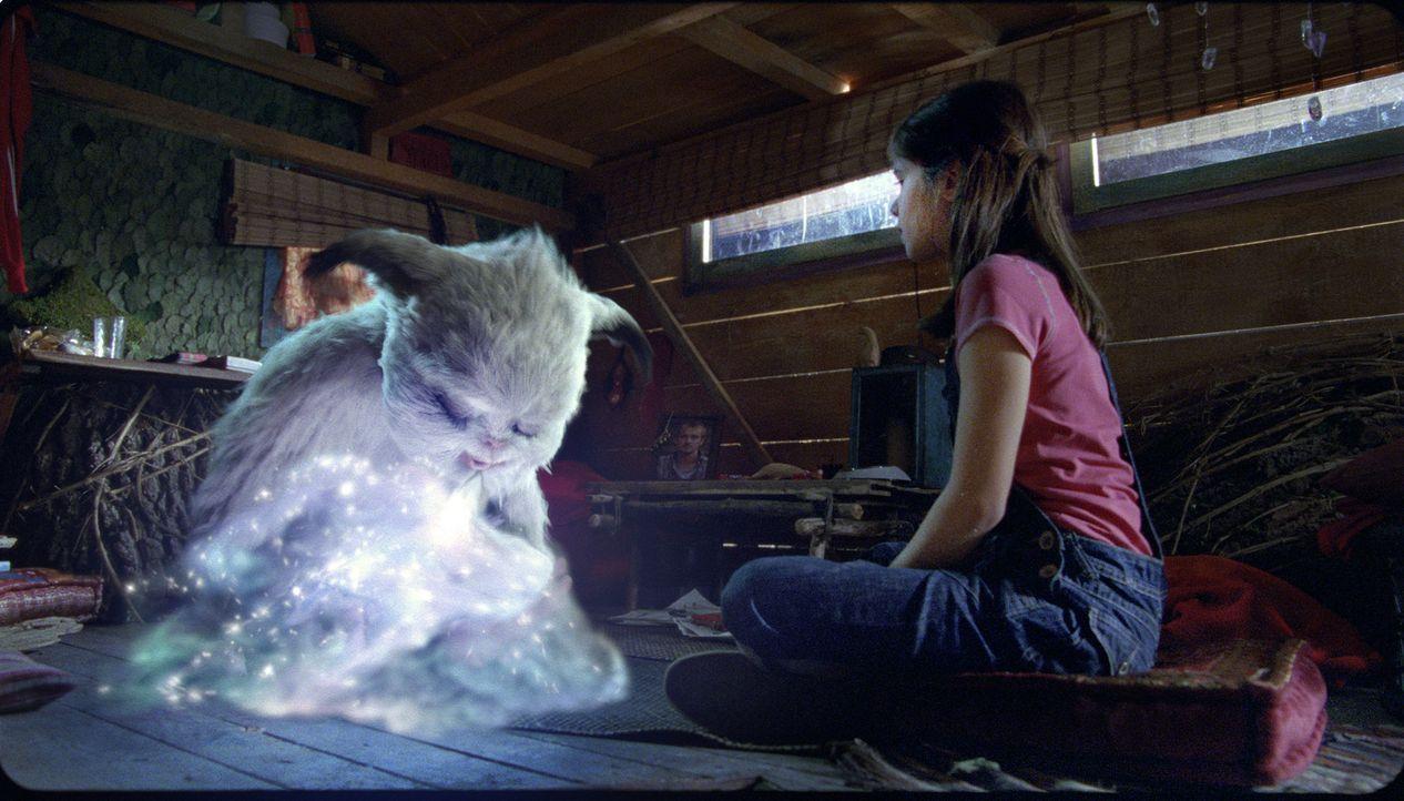 Pia (Jamie Bick, r.) kann es kaum glauben, aber Yoko kann sich mithilfe seines eisigen Atems unsichtbar zu machen ... - Bildquelle: Sony Pictures