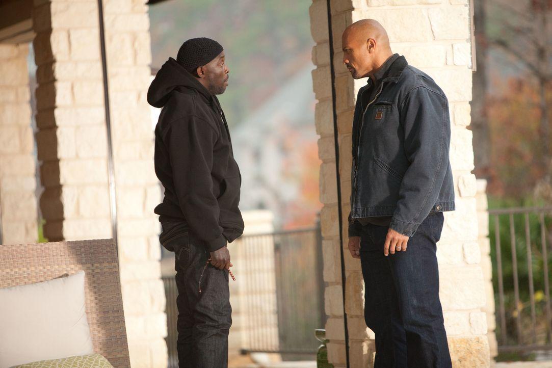 Ist John (Dwayne Johnson, r.) wirklich klar, dass Drogendealer Malik (Kenneth Michael Williams, l.) eine große Nummer in der Szene ist? - Bildquelle: TOBIS FILM