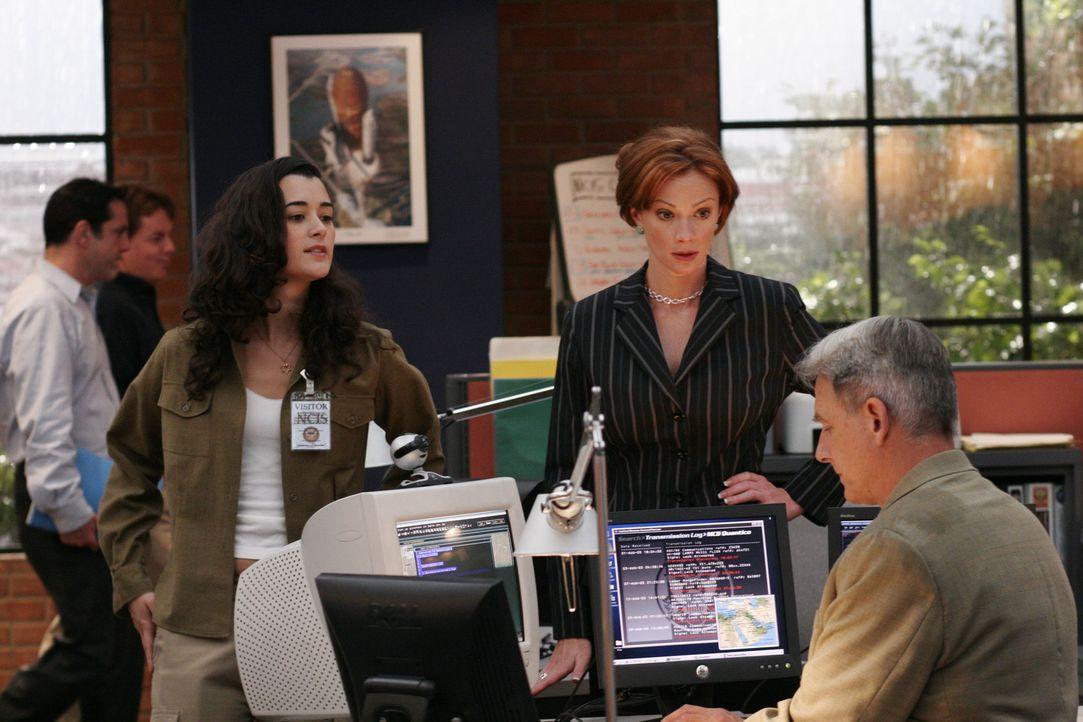 Bei einer Unterredung mit Direktor Morrow erfährt Gibbs (Mark Harmon, r.), dass sein Chef den NCIS verlässt und an seine Stelle Jenny Shepard (Lau... - Bildquelle: CBS Television