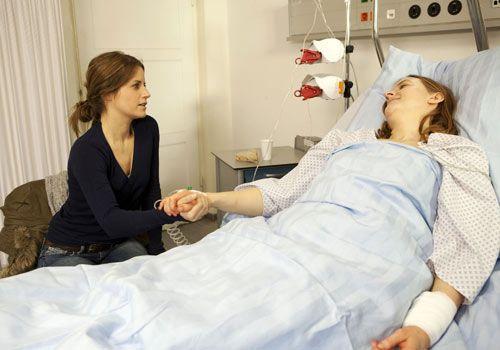 Bea macht sich sofort auf den Weg ins Krankenhaus, als sie von Gabrieles Selbstmordversuch erfährt. Sie bleibt die ganze Nacht an ihrem Bett sitzen... - Bildquelle: David Saretzki - Sat1