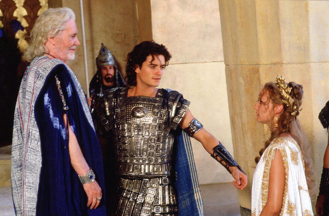 In der Mauern von Troja regiert König Priamos (Peter O'Toole, l.). Eines Tages jedoch raubt sein Sohn Paris (Orlando Bloom, M.) die schöne Königin H... - Bildquelle: Warner Brothers International Television