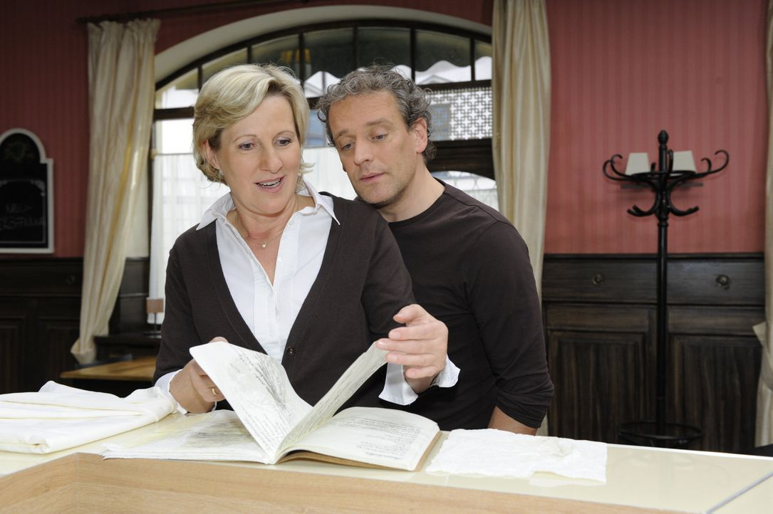 Ein guter Fund: Susanne (Heike Jonca, l.) und Ingo (Wolfgang Wagner, r.) entdecken Omas Geheimrezept ... - Bildquelle: SAT.1