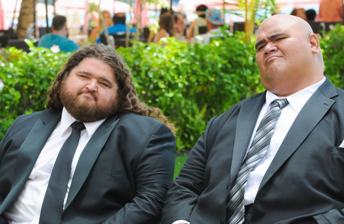 Steves Tante Deb heiratet. Kamekona (Taylor Wily, r.) und Jerry (Jorge Garcia, l.) nehmen an der Feier teil ... - Bildquelle: 2014 CBS Broadcasting Inc. All Rights Reserved.