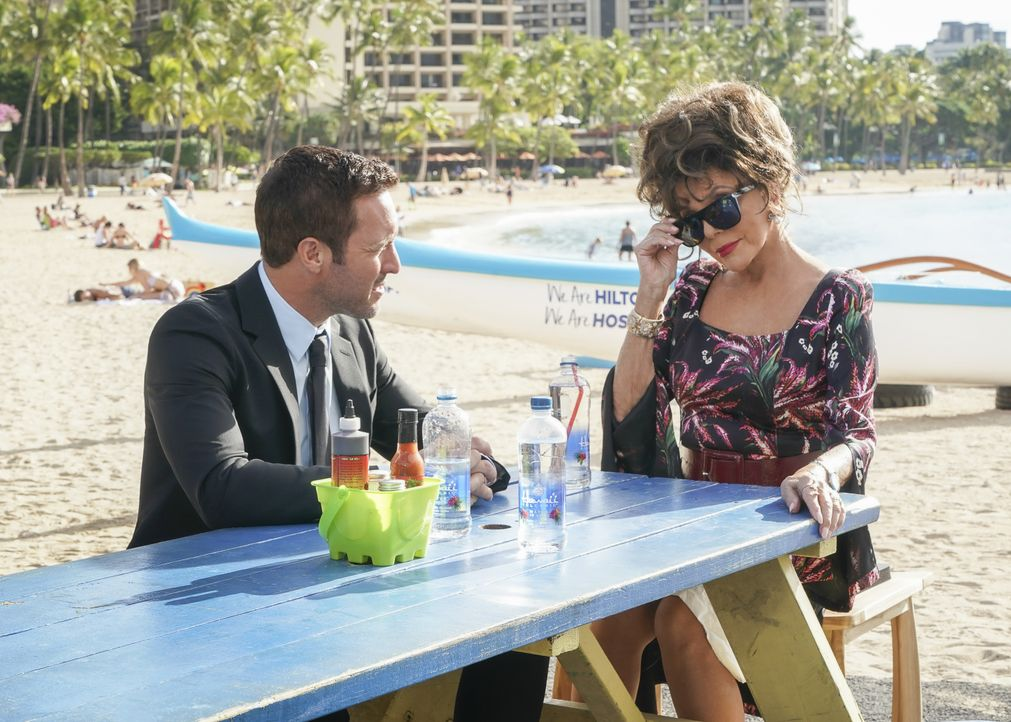 Steve McGarrett (Alex O'Loughlin, l.); Amanda Savage (Joan Collins) - Bildquelle: Karen Neal 2019 CBS Broadcasting, Inc. All Rights Reserved / Karen Neal