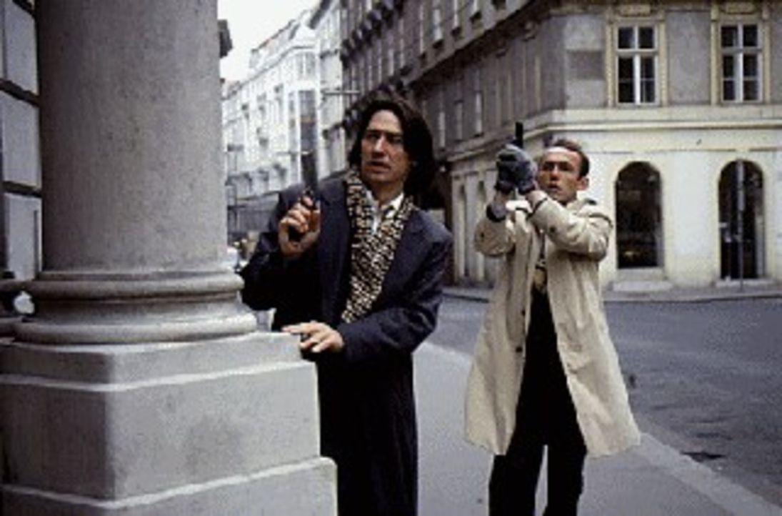 Kommissar Moser (Tobias Moretti, l.) und Kriminalassistent Stockinger (Karl Markovics, r.) versuchen, den flüchtigen polnischen Untersuchungshäftlin... - Bildquelle: Ali Schafler Sat.1