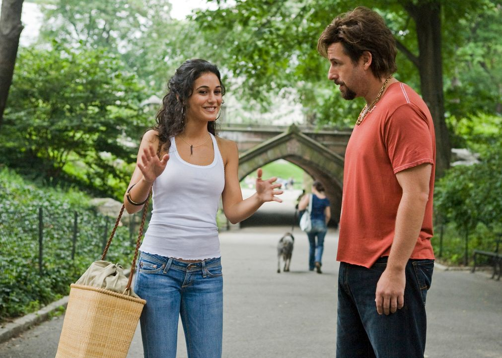In New York findet Zohan (Adam Sandler, r.) einen Job in dem Salon der jungen Palästinenserin Dalia (Emmanuelle Chriqui, l.), in die er sich auch p... - Bildquelle: Tracy Bennett 2008 Columbia Pictures Industries, Inc. and Beverly Blvd LLC. All Rights Reserved.