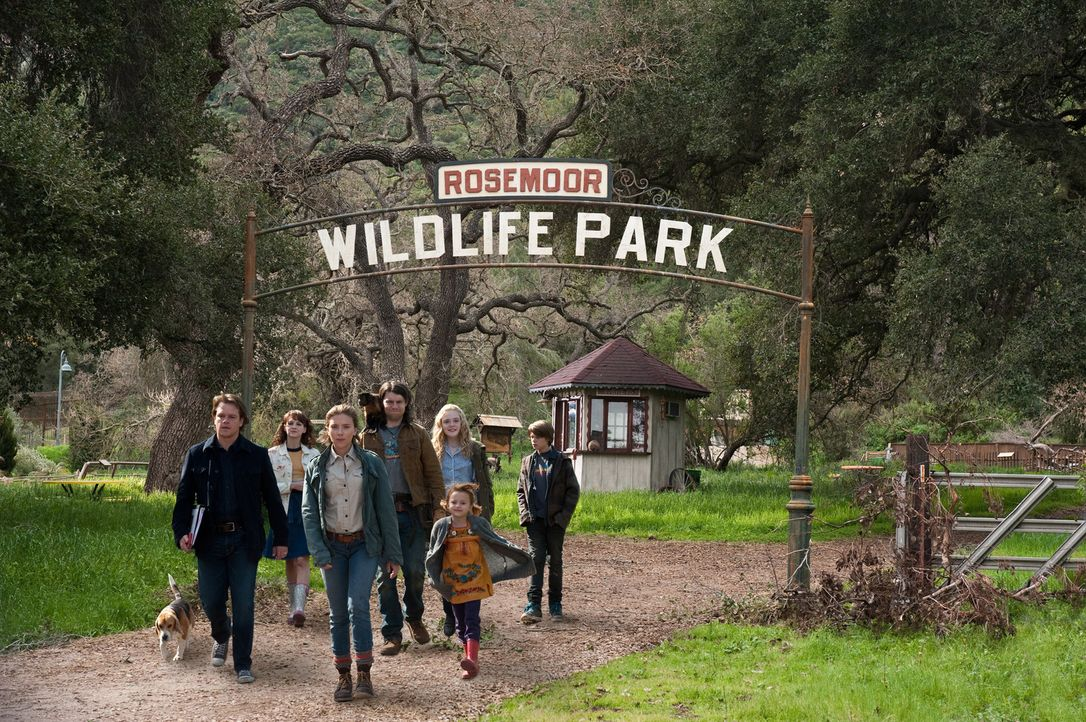 Gemeinsam mit seinen Kindern Dylan (Colin Ford, hinten r.) und Rosie (Maggie Elizabeth Jones, vorne r.) stürzt sich Benjamin Mee (Matt Damon, vorne... - Bildquelle: 2011 Twentieth Century Fox Film Corporation. All rights reserved.